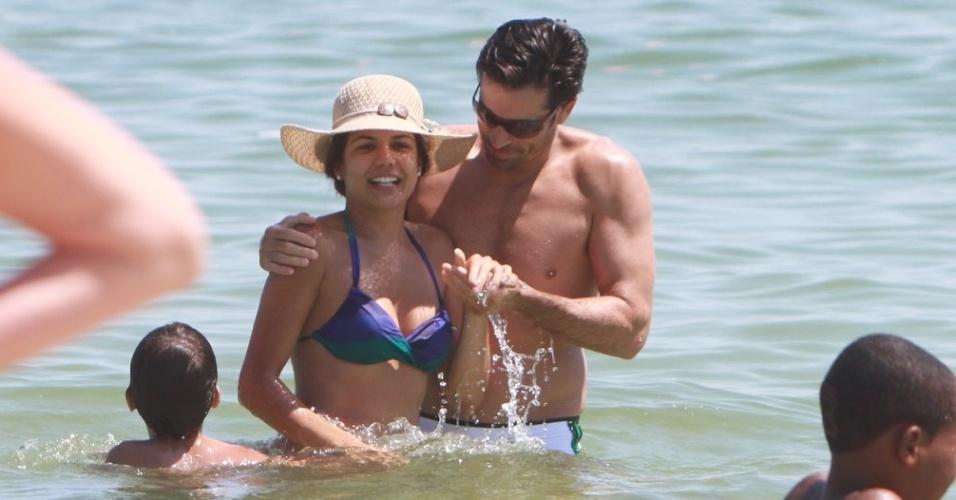 Nivea Stelmann passa o sábado de véspera de Natal na praia com seu filho, Miguel, e o namorado, Sanzio Gontijo Bernandes (24/12/11)