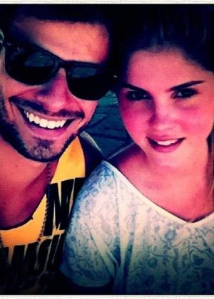 Lucas Malvacini posta no Twitter uma imagem ao lado da namorada Bárbara Evans (25/12/2011)