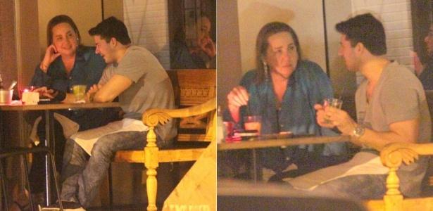 Claudia Jimenez janta com amigo em restaurante na zona sul carioca (26/12/2011)