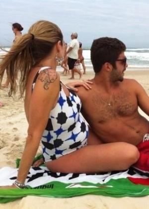 De maiô, Luana Piovani curte praia em Florianópolis com o marido (02/12/2012)