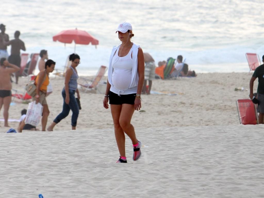 Grávida, Luana Piovani faz caminhada solitária em praia do Rio de Janeiro (05/01/2012)