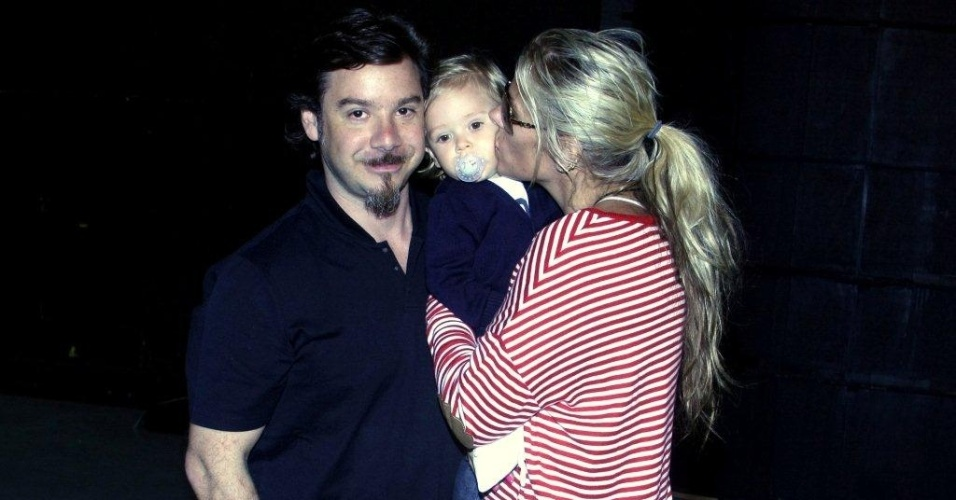 Adriane Galisteu recebe a visita do marido e do filho durante gravação do seu programa (8/1/12)