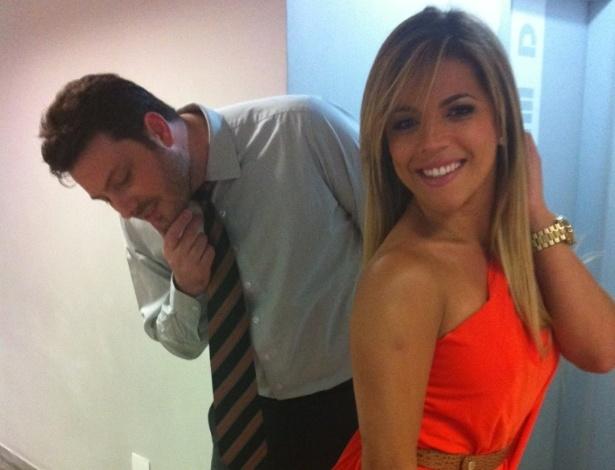 O humorista Danilo Gentili observa o bumbum da Miss Bumbum Brasil 2011, Rosana Ferreira (11/1/12)