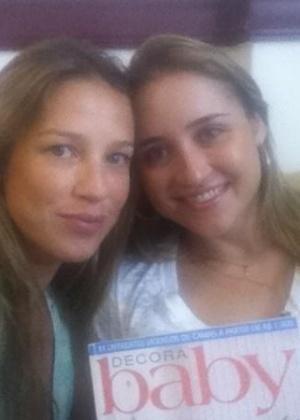 Pelo Twitter, Luana Piovani mostra foto em consultório médico ao lado da irmã (11/1/2012)
