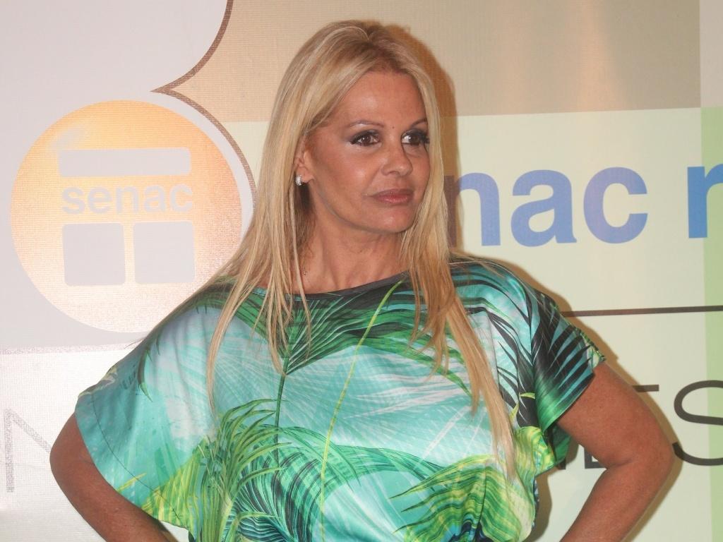 Monique Evans posa para foto antes do desfile da grife Lix. Depois de ficar anos afastada do mundo das passarelas, ela volta a desfilar para a marca no Fashion Business, no Rio de Janeiro (12/1/12)