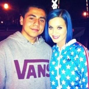 Após separação, Katy Perry aparece com o cabelo azul (13/1/12)