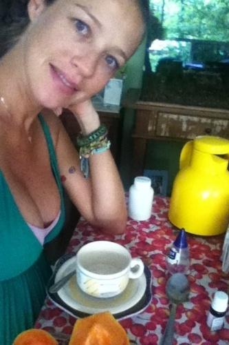 A atriz Luana Piovani posta no Twitter uma foto em que aparece tomando café da manhã.