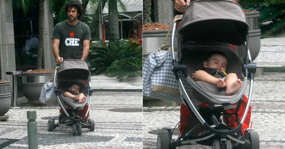 Eriberto Leão passeia com o filho, João, pelo Leblon, zona sul do Rio de Janeiro (16/1/12)