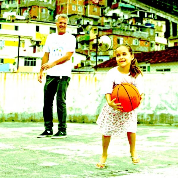 """Pedro Bial joga basquete com uma garotinha em ensaio """"SER"""" infância no Rio de Janeiro"""