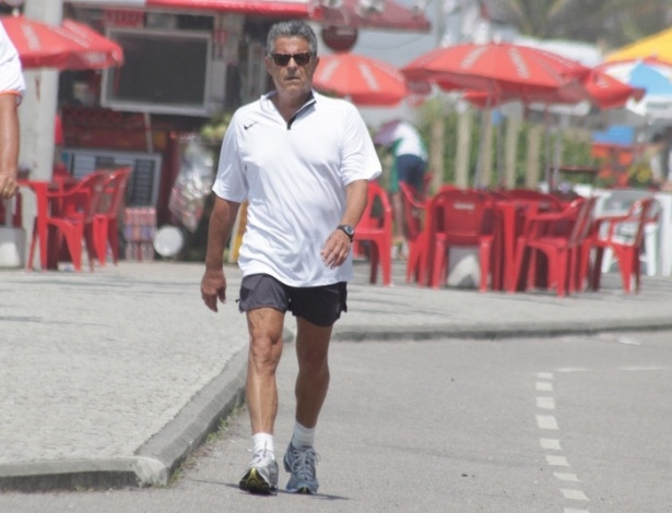 Marcos Paulo caminha na orla da Barra da Tijuca, na zona oeste carioca (18/1/12)