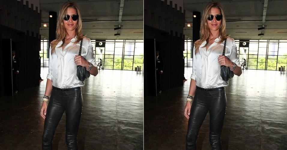 A top Ana Beatriz Barros circula pela São Paulo Fashion Week, evento de moda que acontece em São Paulo (19/1/12)