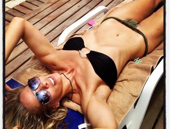 De biquíni, Adriane Galisteu mostra corpo bem magro e barriga sequinha no Twitter (21/1/12)