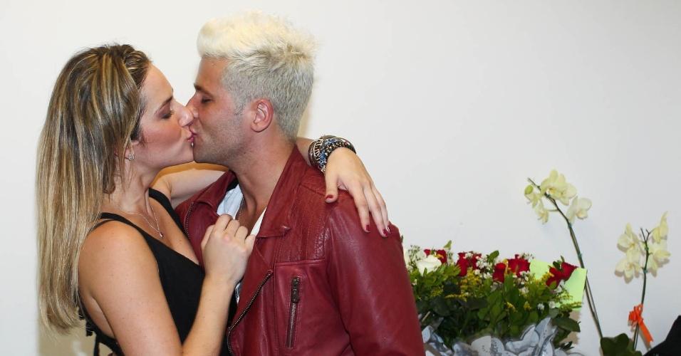 Bruno Gagliasso beija Giovanna Ewbank, após a estreia da nova peça da esposa, em Guarulhos, São Paulo (21/1/12)