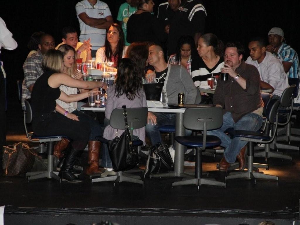 Marisa Orth troca beijos com o namorado ao som do sambista Arlindo Cruz (26/1/12)