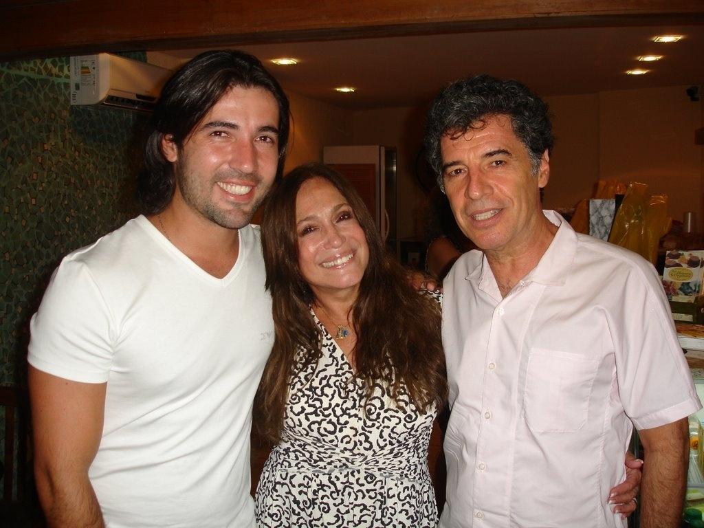 Com novo visual, Susana Vieira vai ao teatro com o marido no Rio