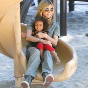 Heidi Klum passeia com a filha Lou