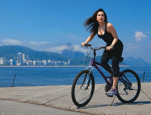 Alessandra Negrini anda de bicicleta no Rio de Janeiro