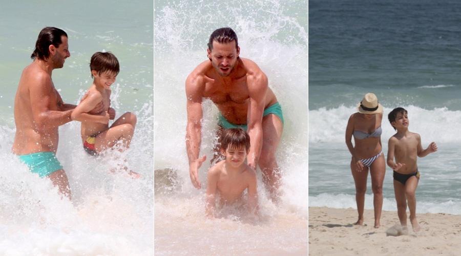 Henri Castelli se diverte na praia da Reserva, zona oeste do Rio, com o filho Lucas (17/1/12)