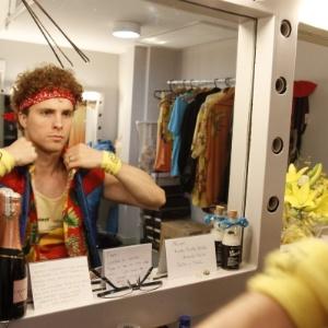 """Thiago Fragoso se prepara no camarim para se apresentar em """"Xanadu"""", musical que está em cartaz no Rio (17/1/12)"""