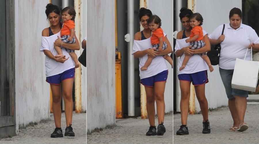 Juliana Paes passeia com o filho, Pedro, por rua da Barra da Tijuca, zona oeste do Rio de Janeiro (18/1/12)