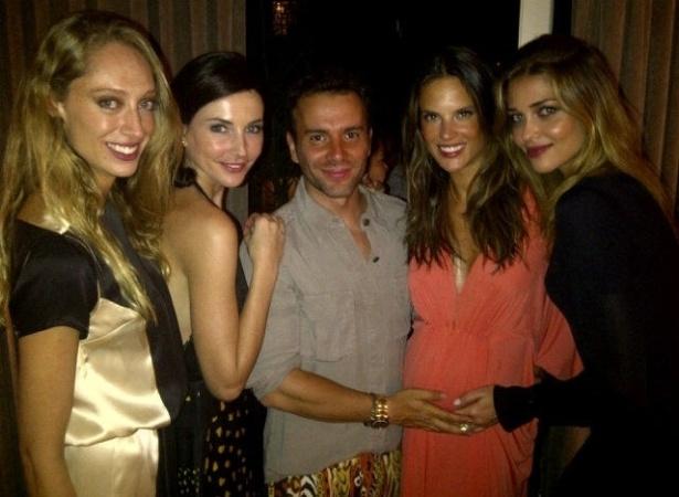 Grávida de 5 meses, Alessandra Ambrósio curte festa ao lado do stylist  Matheus Massafera e as modelos Talytha Pugliesi (à esq), Cássia e Ana Beatriz Barros (à dir.) durante o SP Fashion Week (20/1/12)