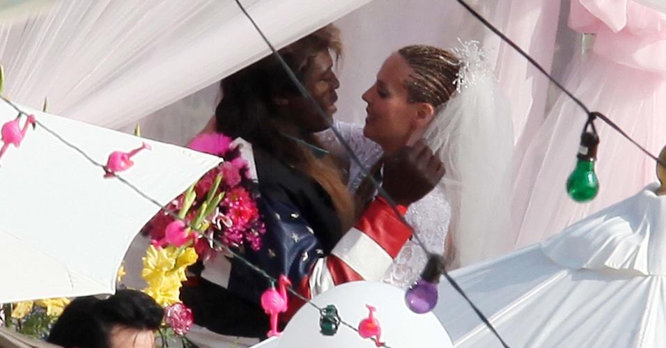 A modelo Heidi Klum e o cantor Seal renovaram os votos de casamento com uma festa temática em Malibu. Os dois ficaram juntos sete anos (9/5/09)