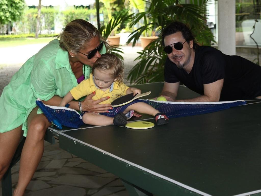 Adriane Galisteu, Alexandre Iódice e Vittorio aproveitaram o fim de semana de sol no Guarujá e se divertiram (22/1/12)