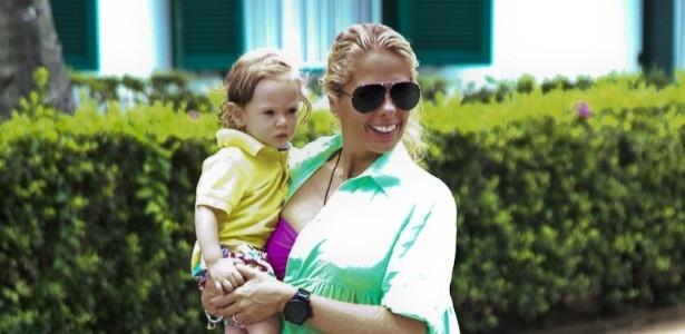 Adriane Galisteu e o filho Vittorio aproveitaram o fim de semana de sol no Guarujá (22/1/12)