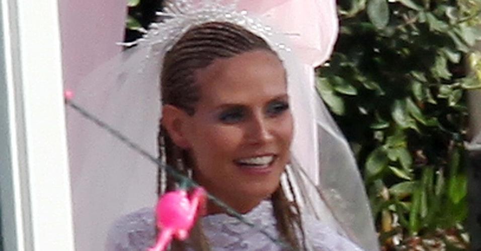 """Ainda grávida do quarto filho do casal, Heidi Klum exibiu a barriga e caprichou no visual """"white trash"""" com trancinhas, maquiagem com purpurina e unhas postiças de plástico (9/5/09)"""