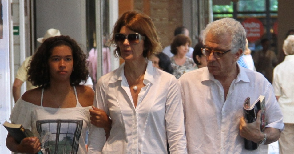 Atriz Mônica Torres passeia em shopping no Rio de Janeiro com a filha e com o namorado, o psicanalista italiano Contardo Calligaris