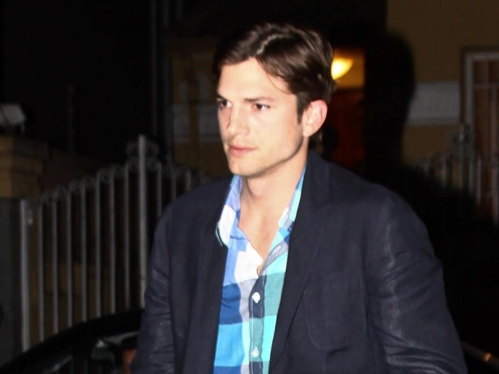 Depois de desfilar na São Paulo Fashion Week, Ashton Kutcher esteve em uma festa no centro de São Paulo ao lado de amigos, como a top Alessandra Ambrósio (22/1/12)