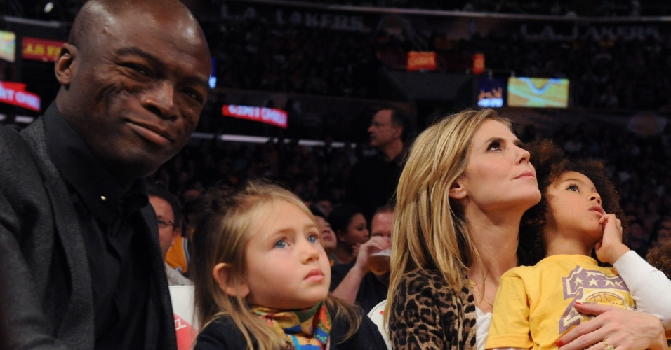 Heidi Klum e Seal assistem jogo de basquete com os filhos Johan e Leni. As crianças são frutos do relacionamento do cantor com a modelo. O casamento chegou ao fim em janeiro de 2012, após a modelo reclamar do temperamento de Seal (7/1/12)