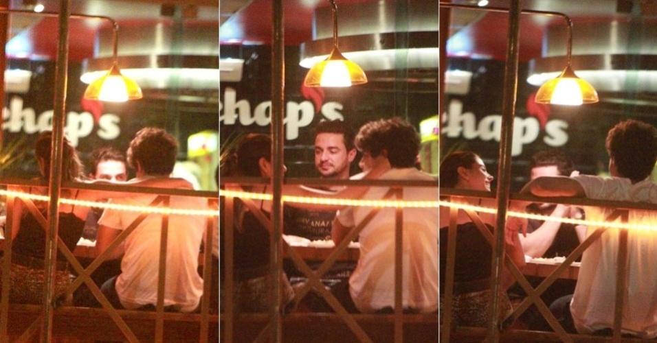A atriz Giovanna Lancellotti faz carinhos no amigo e ator Caio Castro, na noite de segunda-feira (23/1/12). Os dois estavam acompanhados de um amigo, o DJ Alberto Dias (de frente)