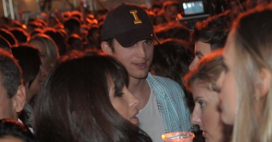 Ashton Kutcher curte os shows do festival Summer Soul, na Arena Anhembi, em São Paulo. O ator está passeando no Brasil após ter acompanhado a São Paulo Fashion Week, como convidado da grife Colcci  (24/1/12)