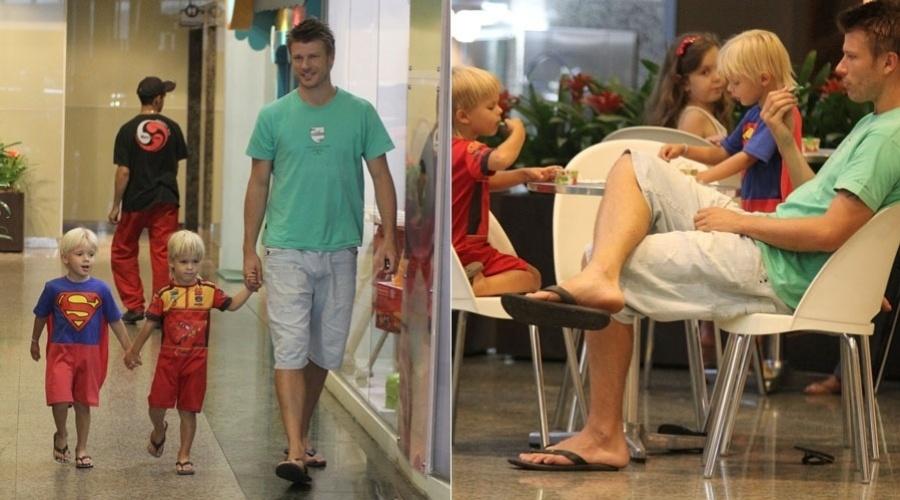 Rodrigo Hilbert passeia em shopping com os filhos, Francisco e João, no Rio (25/1/12)