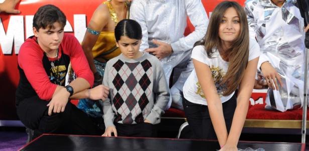 Paris Jackson e a avó Katherine participam de homenagem à Michael Jackson