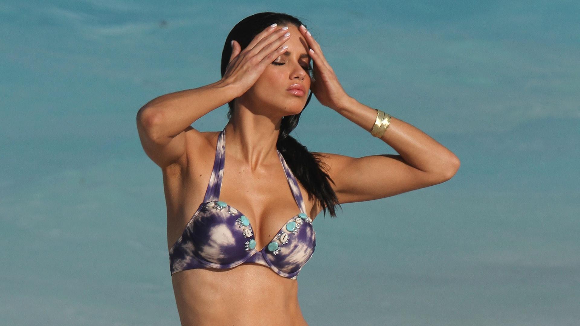 A modelo brasileira Adriana Lima faz pose para ensaio da Victoria's Secret em St Barts, no Caribe. A top, que é mãe de Valentina de dois anos, tirou fotos de bíquini na praia  (27/1/12)
