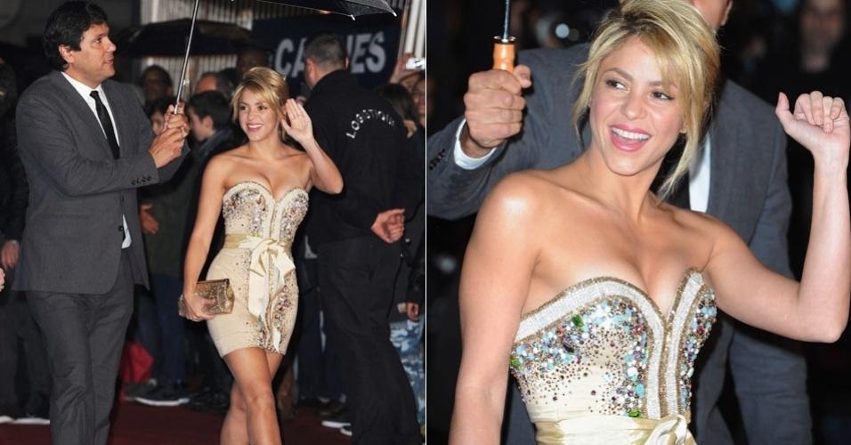 Com vestido justo e penteado que mostra o cabelo mais curto, a colombiana Shakira chega ao o NRJ Music Awards em Cannes (28/1/12)