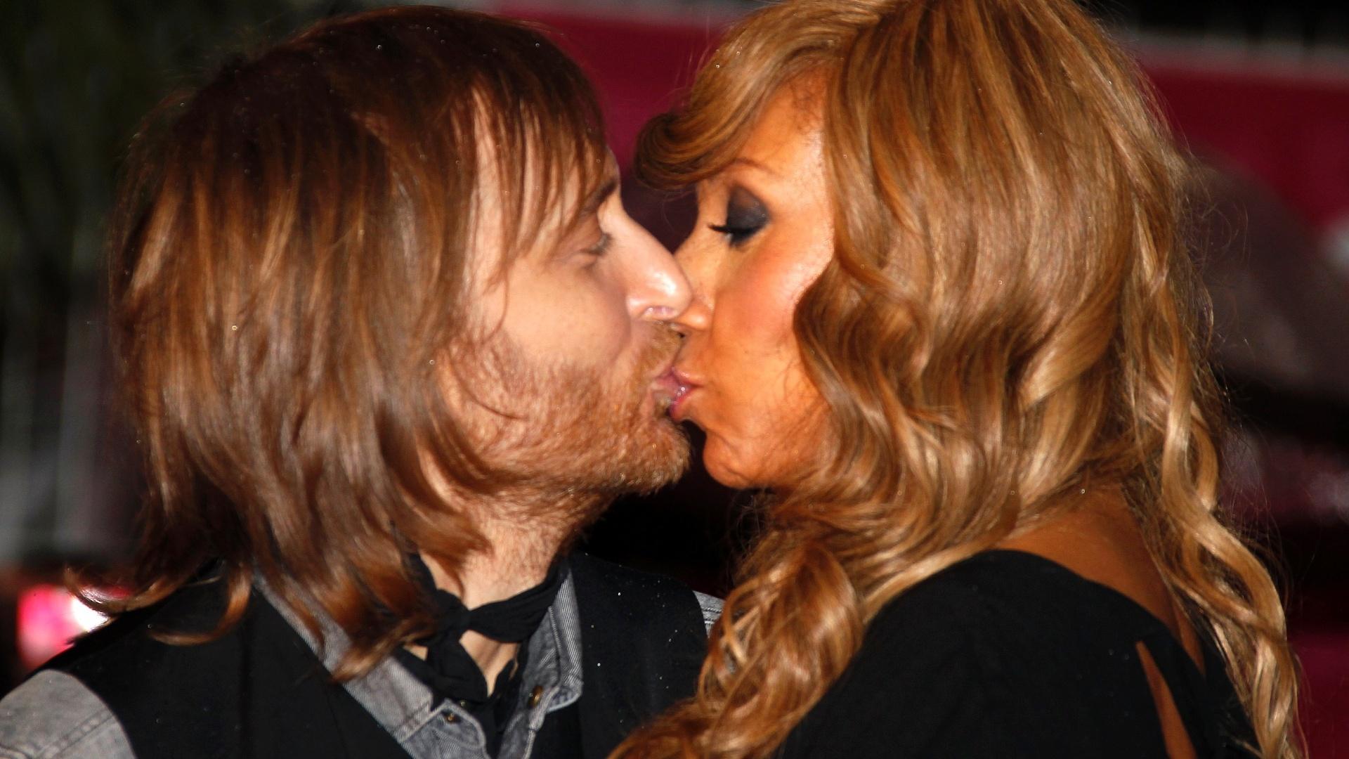 O DJ David Guetta beija a esposa Cathy no tapete vermelho do NRJ Music Awards em Cannes, na França (28/1/12)