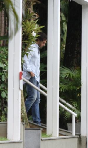 Ator Paulo Rocha é visto na clínica onde Danielle Winits está internada após sofrer queda durante musical, no Rio de Janeiro