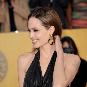 Angelina Jolie posa para fotos no tapete vermelho do SAG Awards, em Los Angeles (29/1/12)