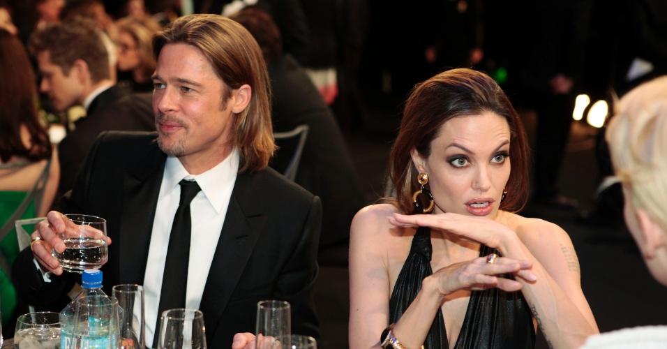 Ao lado de Brad Pitt, Angelina Jolie conversa com a atriz Tilda Swinton durante o jantar do Screen Actors Guild Awards em Los Angeles. Tilda está concorrendo ao prêmio de melhor atriz pelo filme