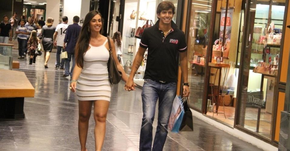 Sorridentes, Nicole Bahls e o namorado Victor Ramos, jogador do Vasco, passeiam em shopping, no Rio de Janeiro (29/1/12)