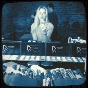 No Twitter, Fiorella Mattheis mostra foto de bastidores de ensaio fotográfico (30/1/12)