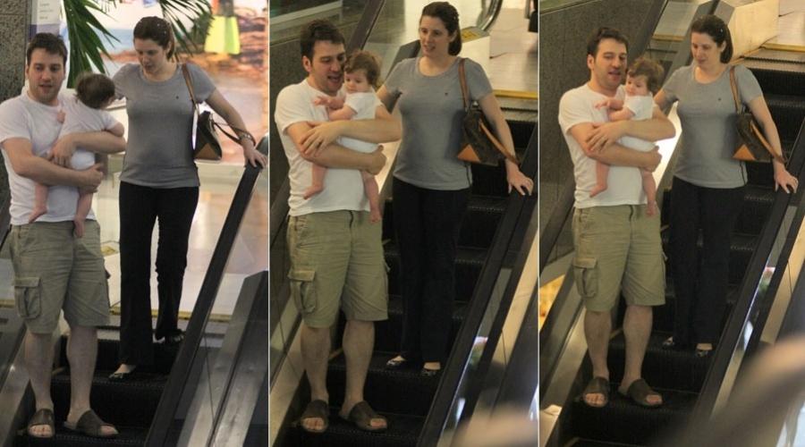 Daniele Valente e Cristiano Cochrane passeiam com a filha, Valentina, em shopping do Rio (31/1/12)