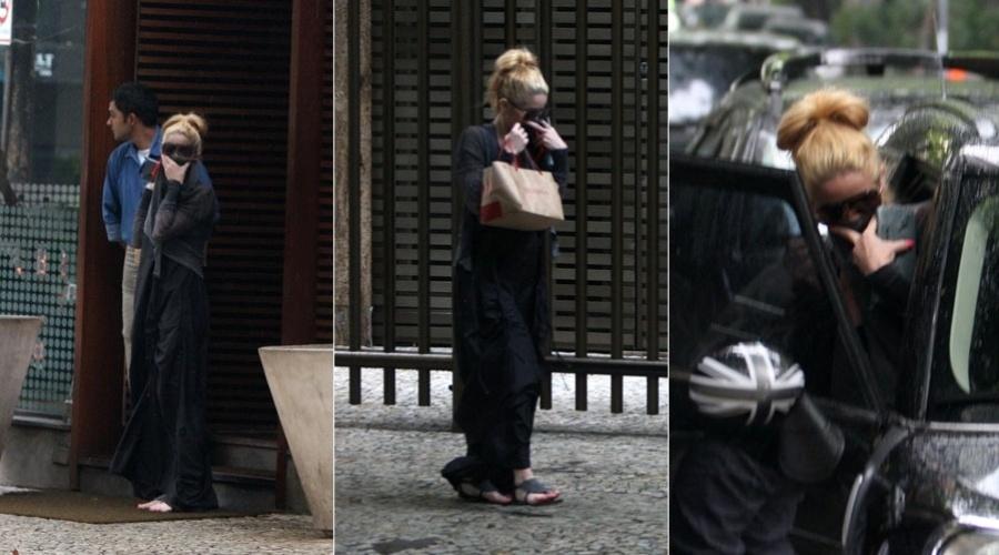 Danielle Winits esconde o rosto ao sair de restaurante na zona sul do Rio (31/1/12)
