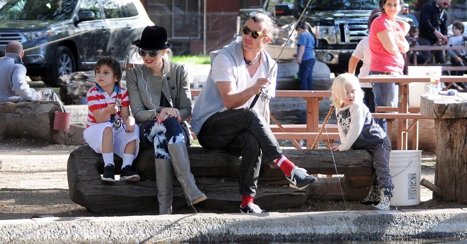 Gwen Stefani, o marido Gavin Rossdale e os filhos Zuma e Kingston aproveitaram para pescar no lago Trousdale, em Los Angeles, na Califórnia no último domingo. A cantora mostrou seus dotes para as crianças, que ficaram encantadas (29/1/12)