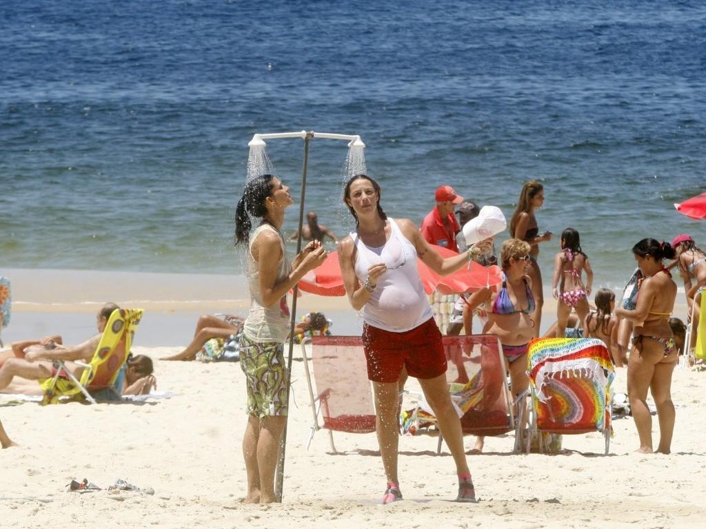 Após a caminhada, Luana Piovani se refrescou tomando banho em um chuveiro na praia do Leblon, zona sul do Rio (1/2/2012)