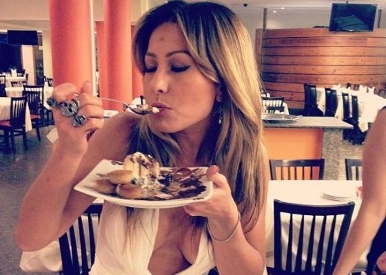 """Com decote generoso, Sabrina Sato se delicia com sobremesa em churrascaria no Rio de Janeiro. """"Olha o segredo da dieta da rainha da Vila (Isabel)"""", brincou o promoter David Brazil em seu Twitter (1/2/12)"""
