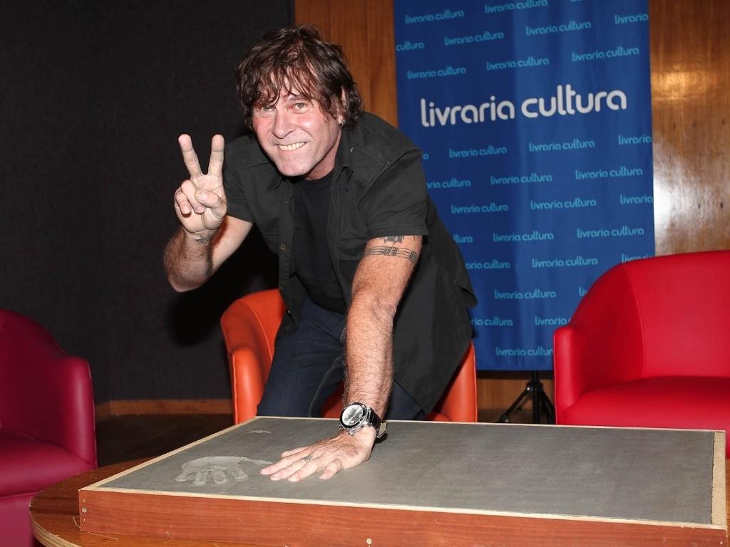 Paulo P.A Pagni faz molde de suas mãos para a calçada da Fama do Rock Brasileiro na Livraria Cultura, em São Paulo (1/2/2012)